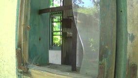 Vieux et abandonné verre cassé de maison sur la fenêtre banque de vidéos