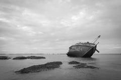 Vieux et cassé bateau de pêche Photographie stock libre de droits