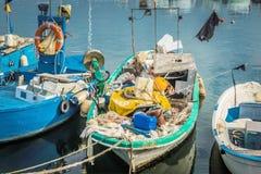 Vieux et chargé bateau de pêche Photo libre de droits