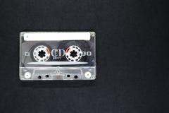 Vieux et Dusty Music Cassette sur la surface noire de fond avec l'espace libre Photos stock