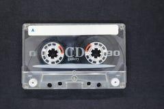Vieux et Dusty Music Cassette sur la surface noire de fond avec l'espace libre Photo libre de droits