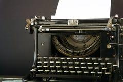 Vieux et Dusty Typewriter avec une feuille de papier photos stock
