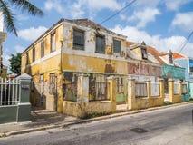 Vieux et jaune - vues du Curaçao de secteur de Petermaai photos libres de droits