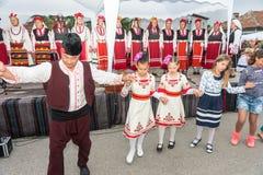 Vieux et jeune aux jeux de Nestinar dans le village de Bulgari, Bulgarie Image stock