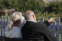 VIEUX ET JEUNES COUPLES Image stock