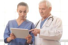 Vieux et jeunes médecins Images stock