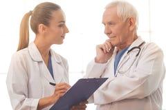 Vieux et jeunes médecins Photographie stock libre de droits