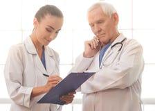 Vieux et jeunes médecins Image stock