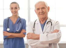 Vieux et jeunes médecins Photo stock