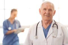 Vieux et jeunes médecins Photos libres de droits