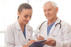 Vieux et jeunes médecins Image libre de droits