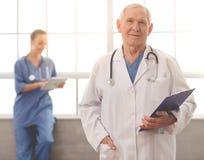 Vieux et jeunes médecins Photo libre de droits