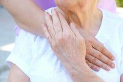 Vieux et jeunes tenant des mains sur la fin légère de fond  Coups de main, concept de soin aux personnes âgées photo libre de droits