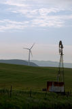 Vieux et neufs moulins à vent Photographie stock libre de droits