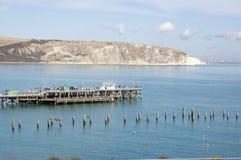 Vieux et neufs piliers chez Swanage, Dorset Photo stock