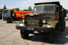 Vieux et nouveau, camions à benne basculante KAMAZ Images libres de droits