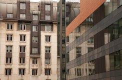 Vieux et nouveaux immeubles de bureaux Photographie stock libre de droits