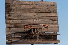 Vieux et rouillé cercle de basket-ball avec le filet embrouillé photo stock