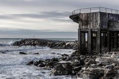 Vieux et ruiné bâtiment sur la falaise Photos libres de droits