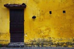 Vieux et sale mur jaune Image libre de droits