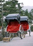 Vieux et traditionnel pousse-pousse rouge et noir de touristes japonais image libre de droits
