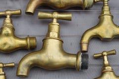 Vieux et utilisés robinets en laiton images libres de droits