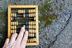 Vieux factures et doigts en bois sur l'asphalte Photographie stock