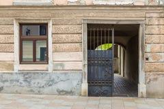 Vieux fasade de bâtiment au centre de Kamnik Photographie stock