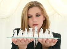 Vieux femme de cinq ans des affaires beaux vingt avec le positionnement d'échecs photo stock