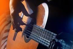 Vieux, femme, homme jouant la guitare électrique et acoustique, backgr noir Photographie stock