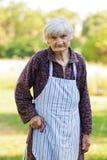 Vieux femme seul en nature Photos stock