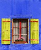 vieux Fenêtre bleu façade Fleurs rouillé photographie stock