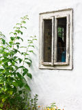 Vieux fenêtre et mur sales de blanchiment, bâtiment de mère patrie Photo stock
