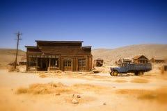 Vieux ferme et camion dans le désert de la Californie Photographie stock libre de droits