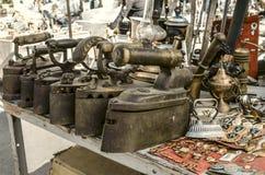 Vieux fers de fonte, fer de boîte, insignes, clés, lampes de kérosène Photo libre de droits