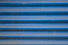 Vieux feuillard ondulé bleu sale avec la texture approximative de texture de rouille photo stock
