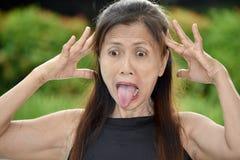 Vieux Filipina Woman soumis à une contrainte images stock
