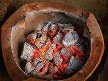 Vieux firepot de mode avec du charbon Image stock