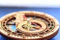 Vieux flèches et signes d'horloge images stock