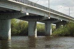 vieux fleuve de passerelle Photographie stock libre de droits