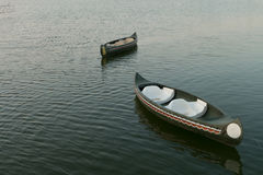 vieux flotteur de canoës sur le lac, Thaïlande photos libres de droits