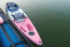 vieux flotteur de canoës sur le lac, Thaïlande photographie stock libre de droits