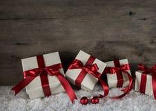 Vieux fond brun en bois avec les cadeaux rouges de Noël blanc sur le Sn Images libres de droits