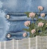 Vieux fond de denim avec des perles et des roses Photographie stock libre de droits