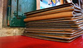 Vieux fond de menu de cuir de brun de pile image stock
