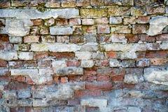 Vieux fond de mur de briques avec des fragments de vieux plâtre photos libres de droits