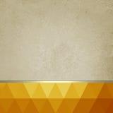 Vieux fond de papier avec le bas poly titre de bas de page lumineux d'orange et d'or et ruban d'or Photo stock