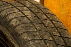 Vieux fond de texture de bande de roulement de pneu de voiture Porté protecteur de pneu de voiture Haut étroit utilisé de roues photos stock