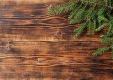 Vieux fond en bois avec la branche de sapin photo stock