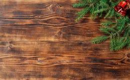 Vieux fond en bois avec la branche de sapin et la cloche rouge Photo libre de droits